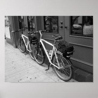 Polisen cyklar Toronto Kanada som B&W fotograferar Poster
