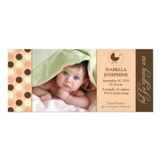 Polkaen pricker babyfödelsemeddelandet (persikan) kort för inbjudningar
