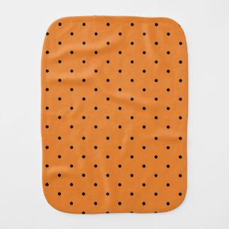 Polkaen pricker orangen och svärtar rapningtrasan bebistrasa