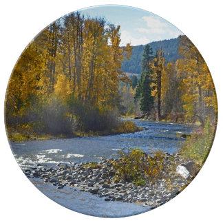 Porslin för höstskog- och flodplatsen pläterar