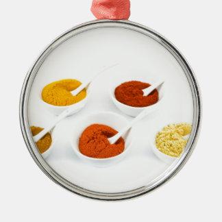 Porslinbunkar och skedar med olika kryddor julgransprydnad metall