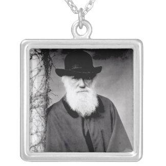 Porträtt av Charles Darwin 1881 Silverpläterat Halsband