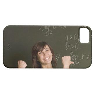 porträtt av den lyckliga kvinnliga studenten iPhone 5 fodraler