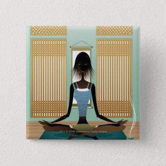 Porträtt av den unga kvinnan som gör yoga standard kanpp fyrkantig 5.1 cm