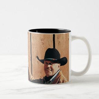 Porträtt av en Cowboy och en Cowgirl som ordnar Två-Tonad Mugg