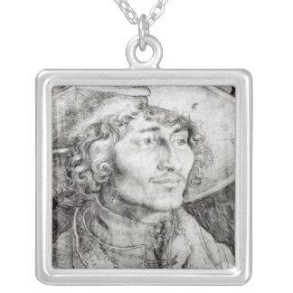 Porträtt av en okänd man, 1521 silverpläterat halsband