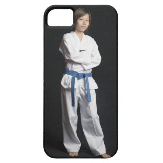 Porträtt av ett ungt kvinnaanseende med henne iPhone 5 fodral