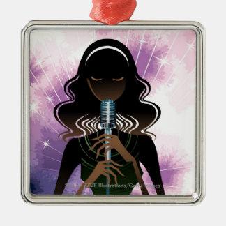 Porträtt av kvinnainnehavmikrofonen julgransprydnad metall