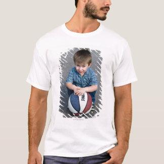 Porträtt av pojken med basket utomhus t-shirt