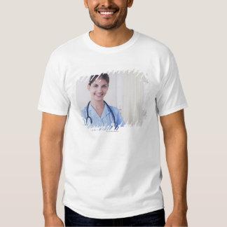 Porträtt av sjuksköterskan i sjukhus tee shirt
