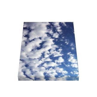 Pösiga moln på blå himmel canvastryck