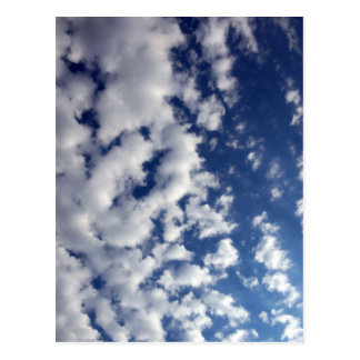 Pösiga moln på blå himmel vykort