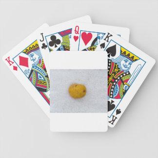 Potatismakro som bakgrund med salt spelkort
