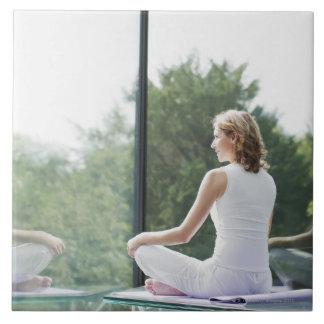 Praktisera Yoga för kvinna Kakelplatta