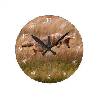 Prärievarg som hoppar - Gibbonängar Rund Klocka