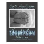Preppy skriva meddelandet för fotopojkefödelse personliga inbjudan