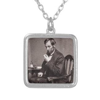 PRESIDENT ABRAHAM LINCOLN 1862 STEREOVIEW HALSBAND MED FYRKANTIGT HÄNGSMYCKE