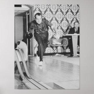 President Richard Nixon som bowlar på Vita huset Poster