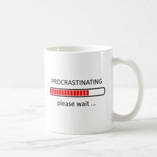 Procrastinating behar väntan - lat dagmugg vit mugg