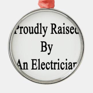 Proudly lyftt av en elektriker julgransprydnad metall
