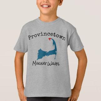 Provincetown samlas vinkara pojke för danande tshirts