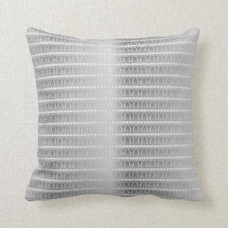 Prydnad för gråa metalliska randar för silver kudde