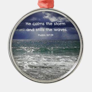 Psalm107:29 lugnar stillar han stormen och… julgransprydnad metall