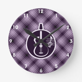 Purpurfärgad akustisk gitarr rund klocka
