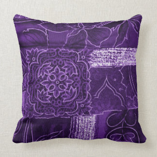 Purpurfärgad blom- Patchworktygdekorativ kudde