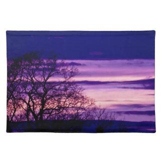 Purpurfärgad bordstablett för solnedgångträdSilhou