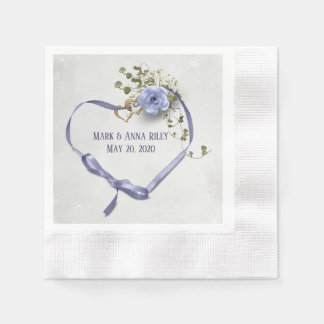 purpurfärgad bröllopbandhjärta med ringar och steg pappersservett
