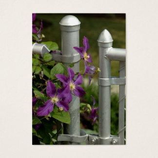 purpurfärgad clematis på ett staket visitkort