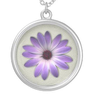 Purpurfärgad daisy på stenlädertryck silverpläterat halsband