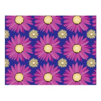 Purpurfärgad daisyblomma på blåttblommönster vykort