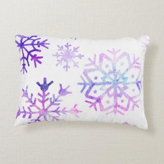 Purpurfärgad design för vattenfärgSnowflakejul Prydnadskudde