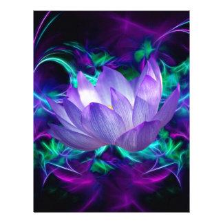 Purpurfärgad lotusblommablomma och dess menande brevhuvud