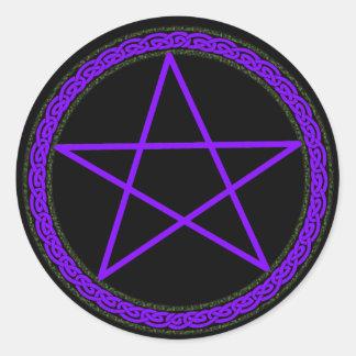 Purpurfärgad Pentacle på svart Runt Klistermärke