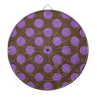Purpurfärgad polka dots på chokladlädertryck darttavla