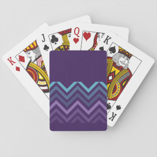 Purpurfärgad sparre som leker kort kortlek