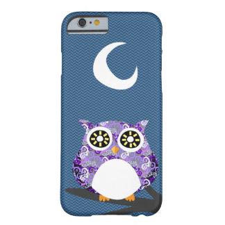 Purpurfärgad uggla som kyler på natten på en barely there iPhone 6 skal