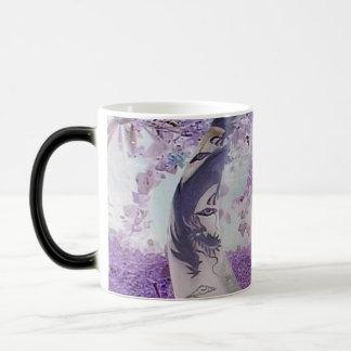 Purpurfärgade drakar magisk mugg