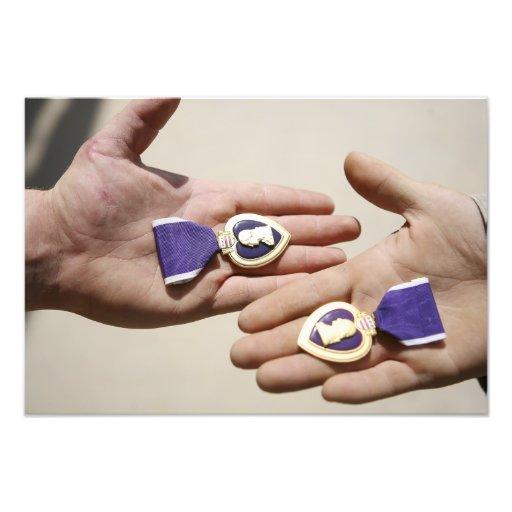 Purpurfärgade hjärtamottagare visar deras medaljer foton