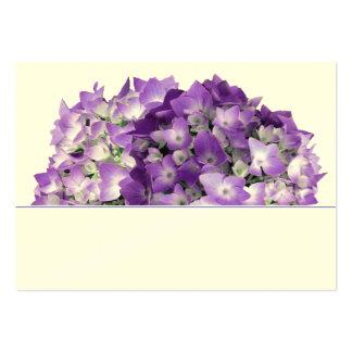 Purpurfärgade vanlig hortensiablommor som gifta set av breda visitkort
