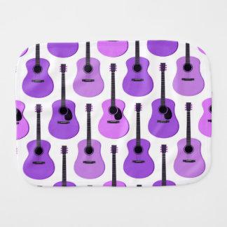 Purpurfärgat akustiskt gitarrmönster bebistrasa