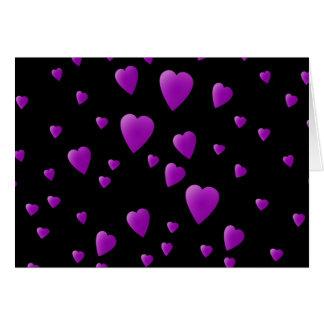 Purpurfärgat mönster av kärlekhjärtor på Black. Hälsningskort