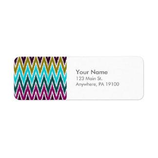 Purpurfärgat mönster för randar för sicksack för returadress etikett