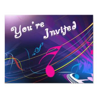 Purpurfärgat musik noterfödelsedagfirande 10,8 x 14 cm inbjudningskort
