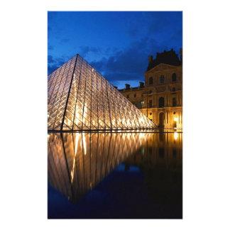 Pyramid i luftventilmuseet, Paris, frankrike Brevpapper