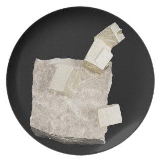 Pyritkristaller i skiffer tallrik