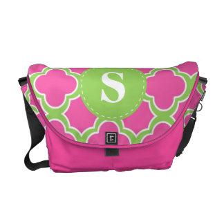 Quatrefoil mönsterrosor & limefruktgrönt med monog kurir väskor